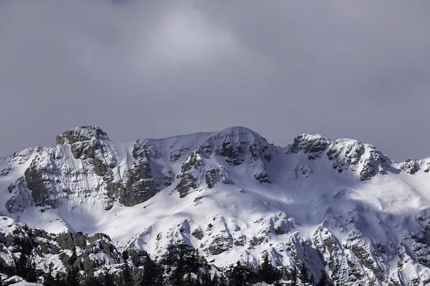Foto de baixo ângulo de uma bela paisagem montanhosa