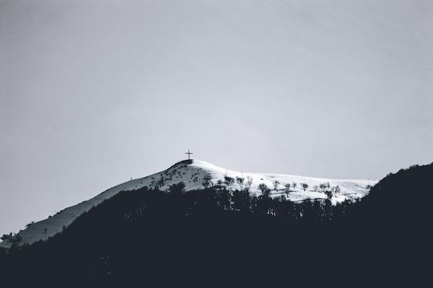 Foto de baixo ângulo do belo pico da montanha coberta de neve em um dia nublado