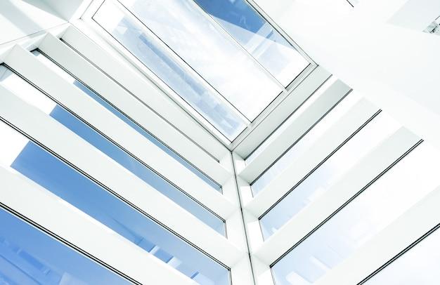 Foto de baixo ângulo do interior de um edifício moderno com janelas retangulares de vidro