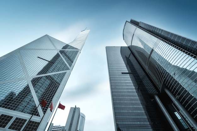 Foto de baixo ângulo do vidro externo de um prédio comercial urbano