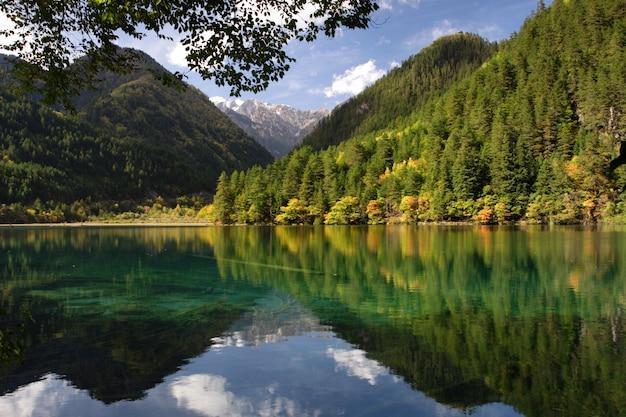 Foto de bela paisagem de um lago e montanhas verdes no parque nacional de jiuzhaigou, na china