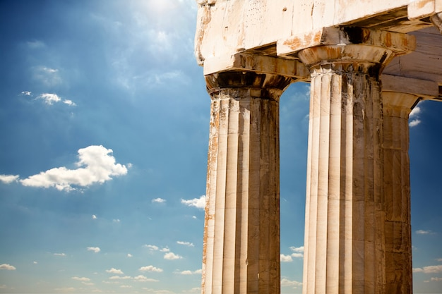 Foto de belas colunas no maravilhoso céu na grécia