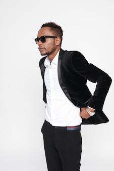 Foto de bonito jovem empresário afro-americano usando óculos. olhe para o lado.