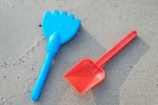 Foto de brinquedos de praia na areia
