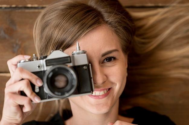 Foto de câmera vintage close-up e garota turva