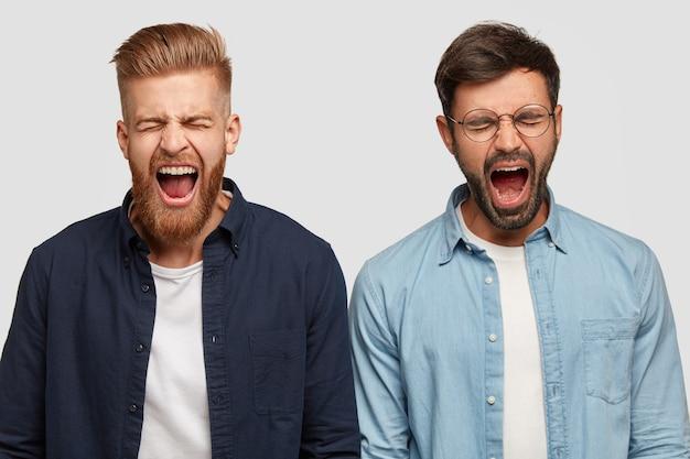Foto de caras irritados produzindo um grito alto