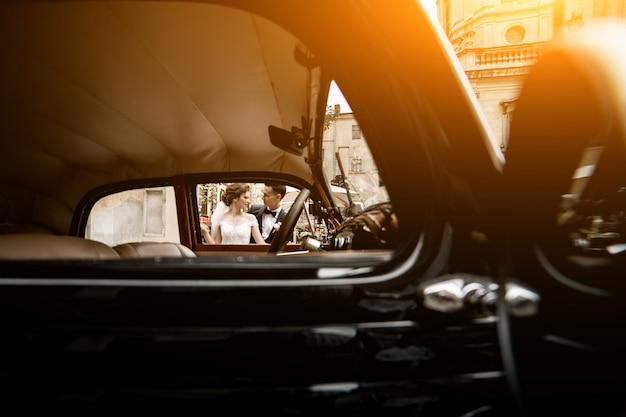 Foto de casal casamento atirar por carro retrô
