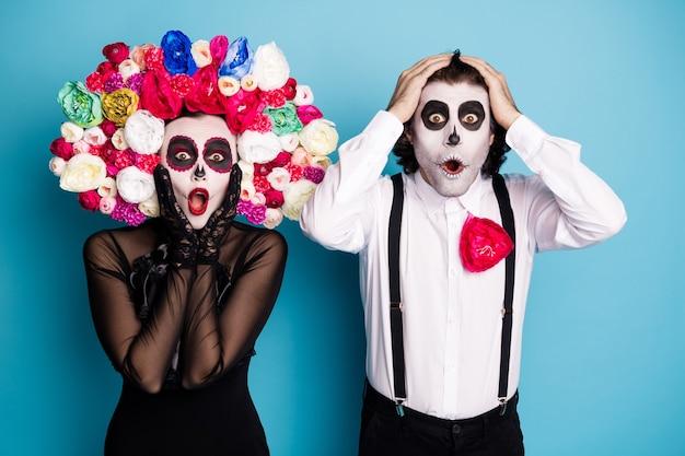 Foto de casal fantasma fofo homem senhora chocado notícias de boca aberta incrível proposta de loja para mortos apenas usar vestido preto fantasia de morte rosas suspensórios de tiara isolado fundo de cor azul
