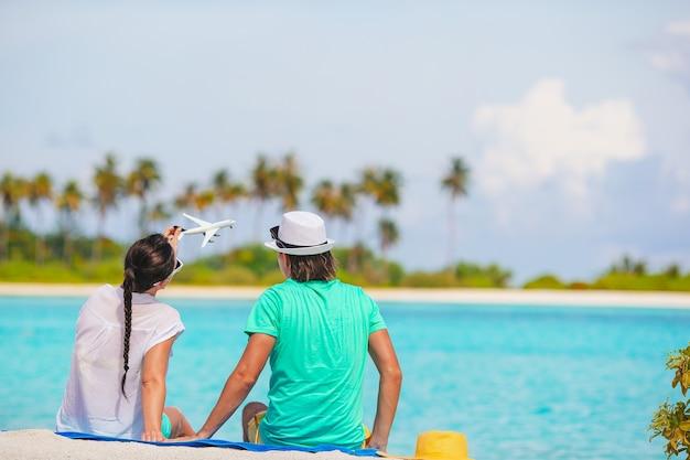 Foto de casal feliz de óculos escuros na praia