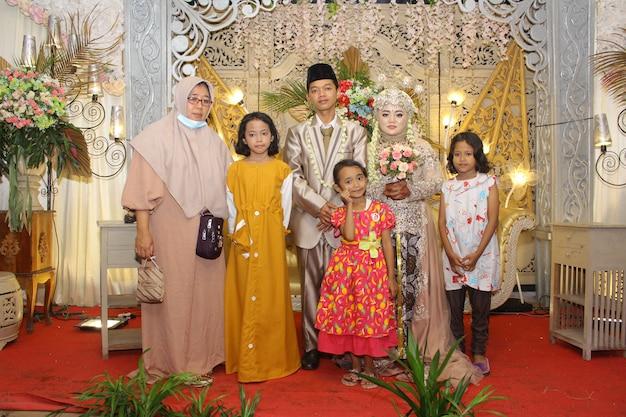 Foto de casamento indonésio com família