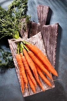 Foto de cenoura orgânica em tábua de cortar madeira