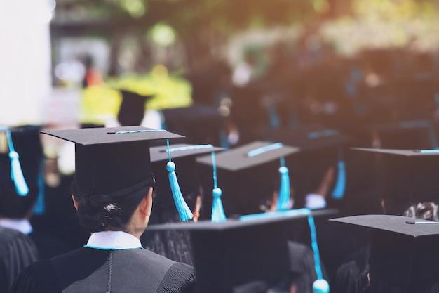 Foto de chapéus de formatura durante graduados de sucesso de formatura da universidade