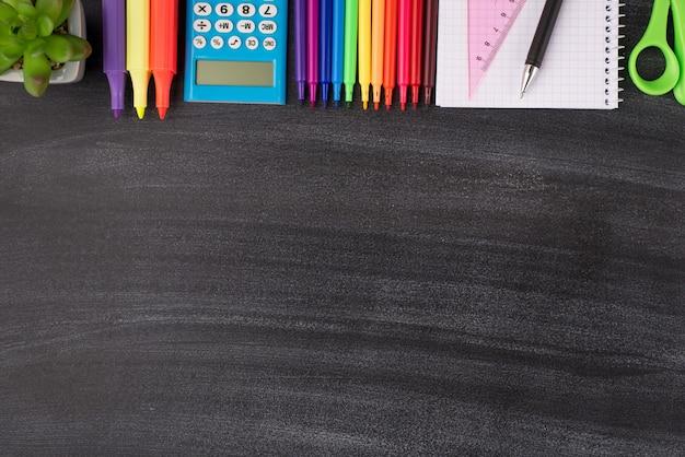 Foto de cima acima de vista aérea de papel de carta colorido e suculenta colocada de cima, isolada no quadro-negro com copyspace