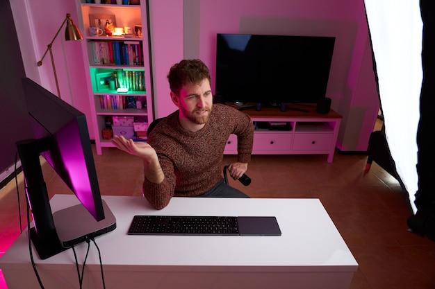 Foto de cima do youtuber gravando vídeo em seu quarto colorido