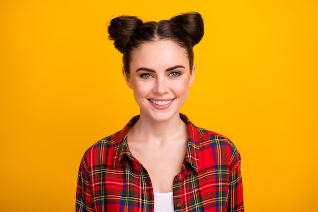 Foto de close da linda senhora com dois pãezinhos engraçados e fofos com um sorriso radiante