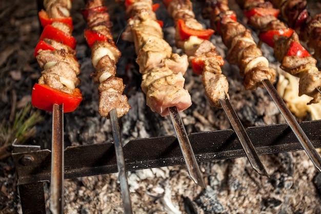 Foto de close de carne pegando fogo na floresta