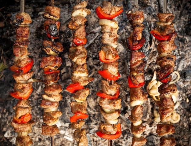 Foto de close de kebab sendo cozido no fogo