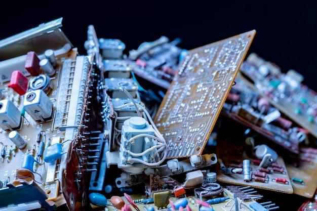Foto de close de um monte de detalhes elétricos de computador em fundo escuro b
