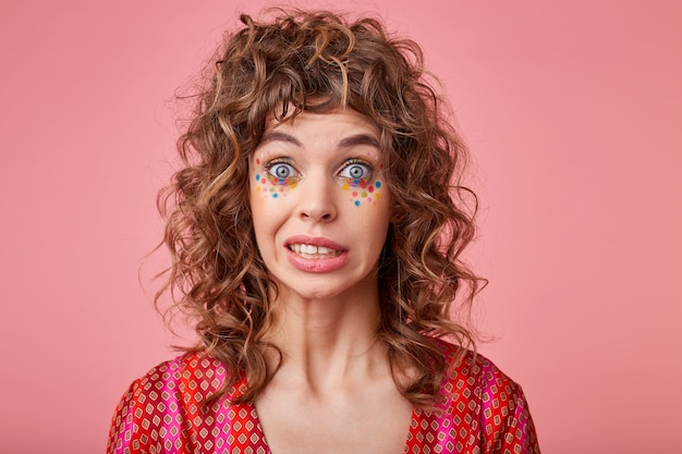 Foto de close de uma linda senhora com olhos grandes abertos, sentindo-se estranha, levantando as sobrancelhas, dizendo oops, isolado