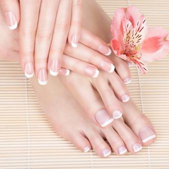 Foto de close de uma mulher em um salão de spa no procedimento de pedicure e manicure - imagem de foco suave