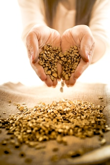 Foto de close de uma mulher segurando uma pilha de ouro nas mãos