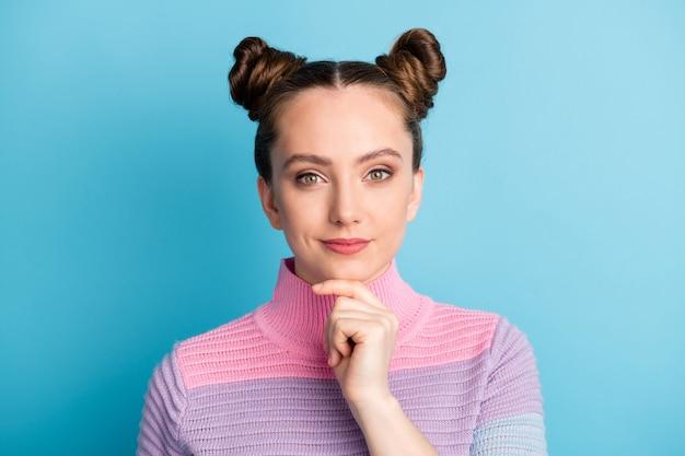 Foto de close de uma senhora adolescente atraente com dois pãezinhos charmosos olhando interessado, curioso na câmera, pessoa inteligente dedo queixo usar suéter listrado quente casual isolado fundo de cor azul