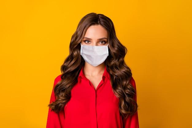 Foto de close de uma senhora de negócios encaracolada muito deslumbrante, pessoa autoritária séria usar máscara médica, escritório de luxo, camisa vermelha, amarelo, cor vívida, fundo
