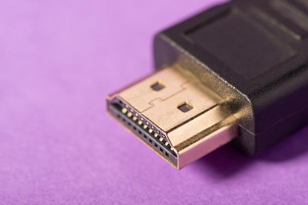 Foto de close do cabo hdmi em fundo violeta