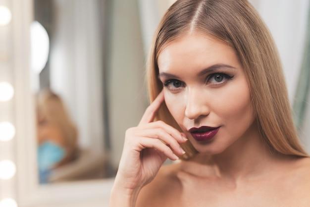 Foto de close-up da menina com maquiagem.