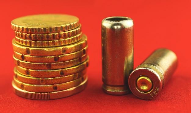 Foto de close-up de bala para arma e moedas de dinheiro, conceito de crime e corrupção