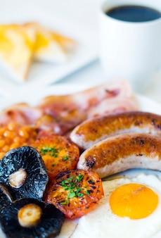 Foto de close-up de café da manhã inglês completo.