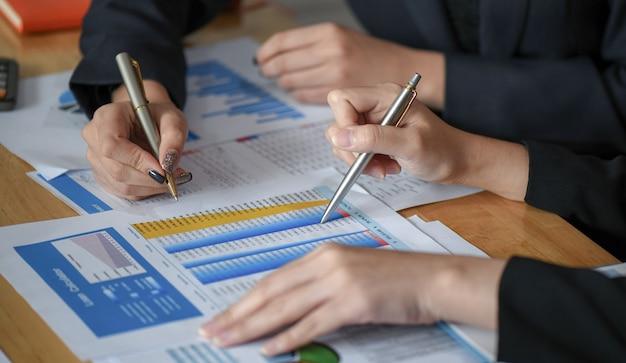 Foto de close-up de contadores revisando informações da empresa.