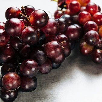 Foto de close-up de deliciosas uvas no fundo liso