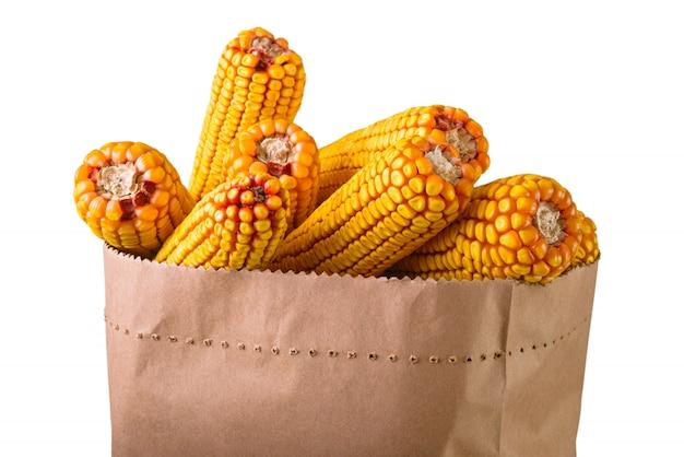 Foto de close-up de espigas de milho em um saco de papel em branco