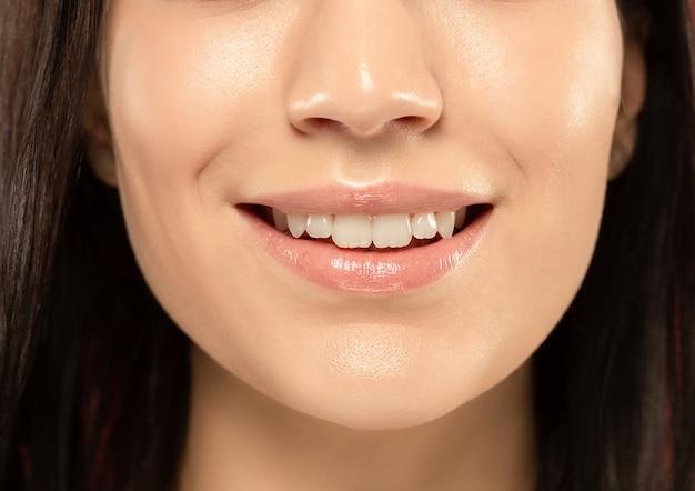 Foto de close-up de lábios carnudos de mulher jovem e bonita.