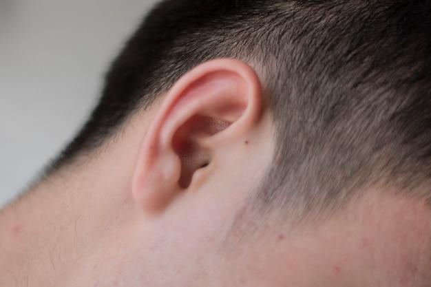 Foto de close-up de orelha masculina