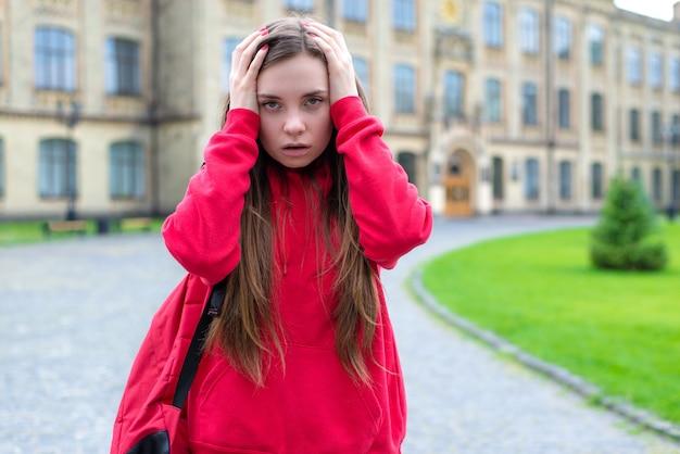 Foto de close-up de pessimista ansioso tendo problemas com as aulas, não entendo exame importante dormido demais. conceito de sentimento após a festa