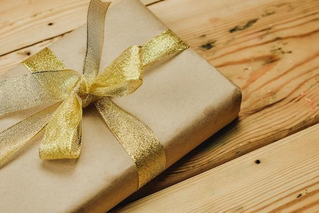 Foto de close-up de presente de natal caseiro e feito à mão na madeira. presentes de natal diy para amigos e familiares