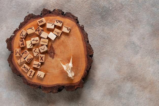 Foto de close-up de runas, adivinhação, símbolos mágicos.