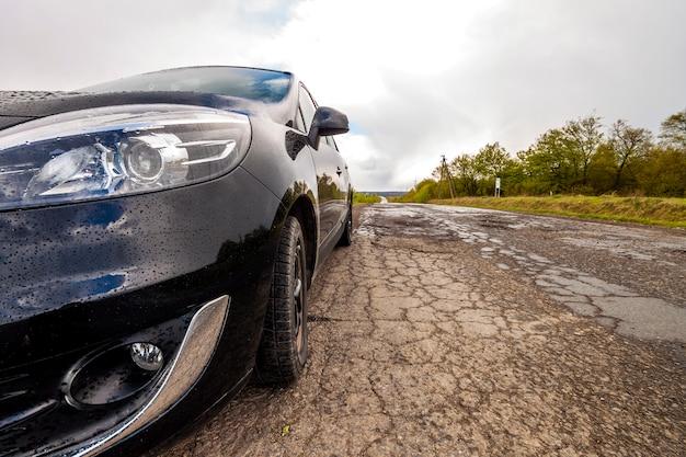 Foto de close-up de um carro moderno em uma estrada ruim