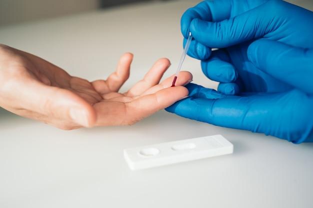 Foto de close-up de um médico fazendo um teste rápido para a detecção de covid-19