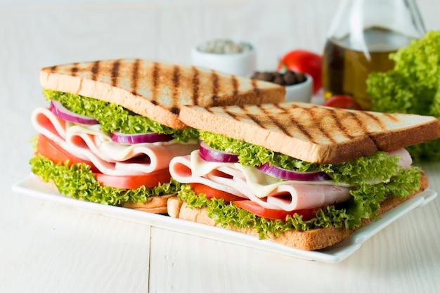 Foto de close-up de um sanduíche de clube.