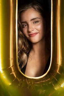 Foto de close-up de uma linda garota e moldura dourada