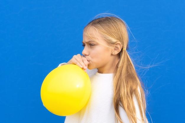 Foto de close-up de uma linda garota linda e adorável balão inflado, tenha tempo livre positivo alegre garota engraçada isolada