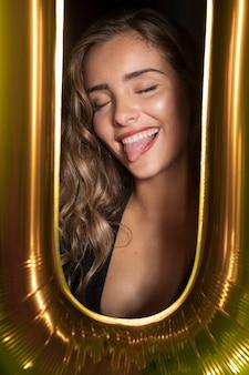 Foto de close-up de uma linda garota metendo a língua de fora