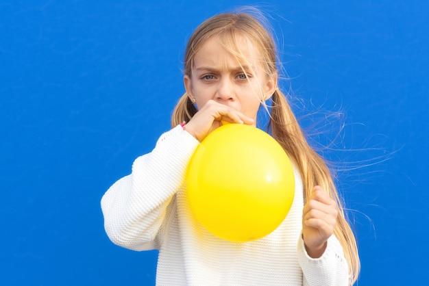 Foto de close-up de uma menina linda linda e adorável balão inflado, tenha tempo livre positivo, alegre, engraçado, menina, isolado