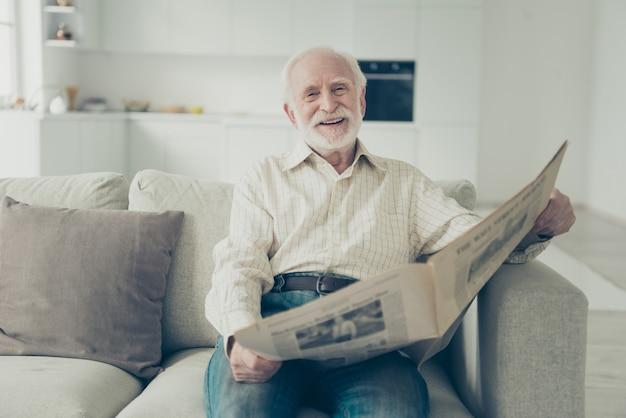 Foto de close-up do avô de cabelos grisalhos