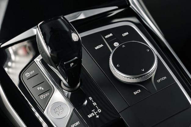 Foto de close up do botão do câmbio da engrenagem do carro de luxo