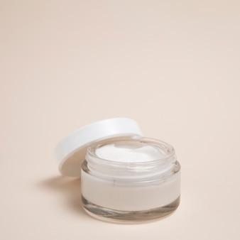 Foto de close-up do creme corporal com fundo liso