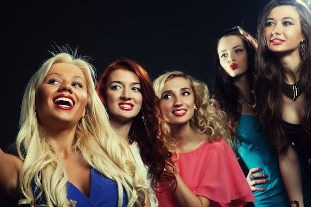 Foto de close-up do grupo de garotas rindo festa